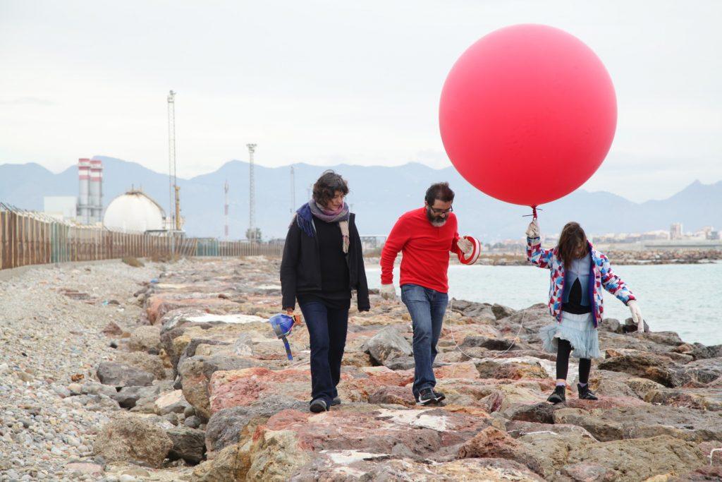 Paseando con el globo para fotografiar desde el aire el polígono industrial El Serrallo, en el puerto de Castellón de la Plana